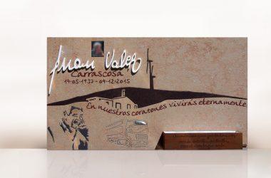 Lápida con ilustración de casa de campo familiar y retrato