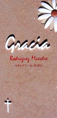 Lápida para panteón en mármol Ulldecona flameado con margarita incrustada en mármol blanco con textura abujardada en petalos de bajo relieve