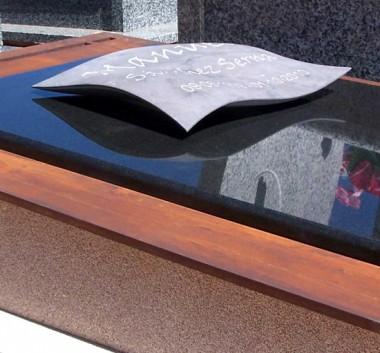 lápida flotante con inscripcion grabada