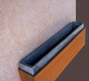 Detalle de la jardinera para la lápida de las mariposas, material exterior: acero cor-ten, interior de la jardinera en aluminio.