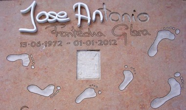 huellas en bajo relieve para lapida de diseño personalizado