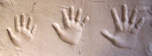 manos impresas en barro para diseño de lapida personalizada