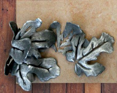 Búcaro para lápidas con hojas
