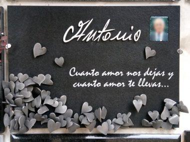 lápida corazones plateados