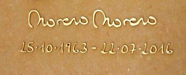 apellidos y fechas incrustados en latón pulido.