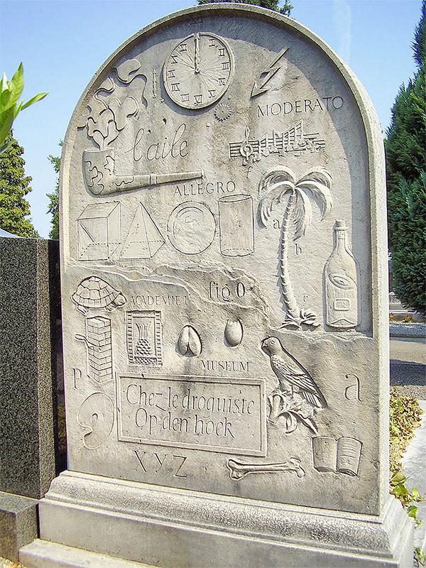 lápida diseñada y creada pr el mismo Marcel Broodthaers con las alegorías surrealistas de su obra.